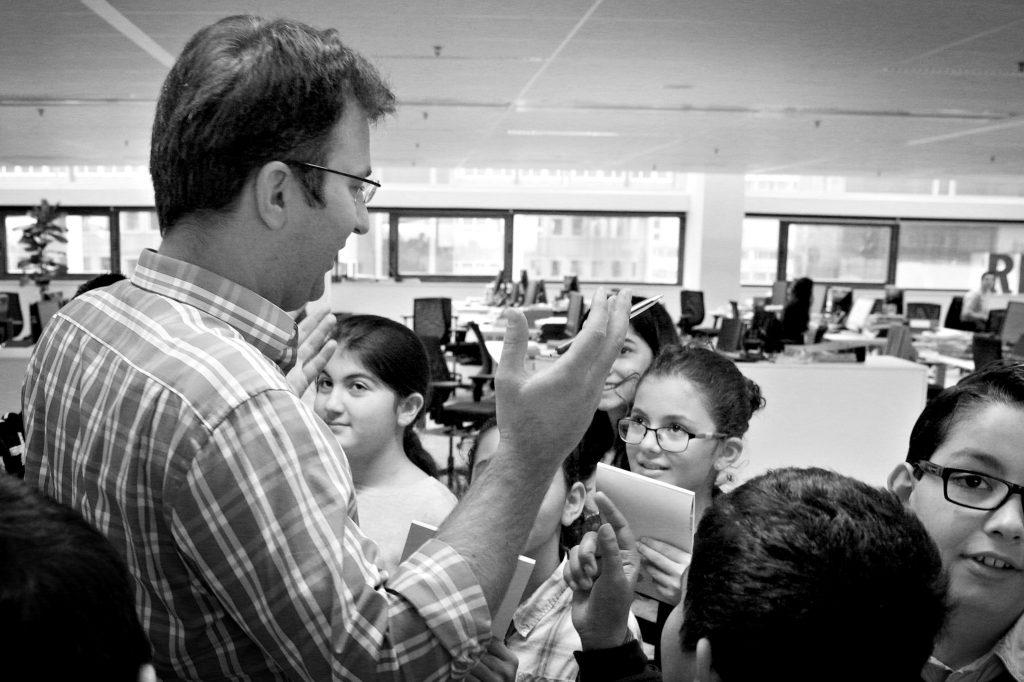 Rotterdam 13-12-2015 - weekendschool de Hef van Rdam zuid op bezoek op de redactie van het AD - fotografie: Sanne Donders